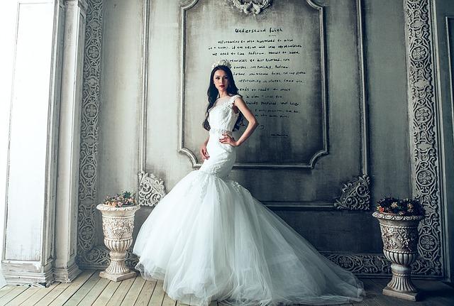 wedding-dresses-1485984_640